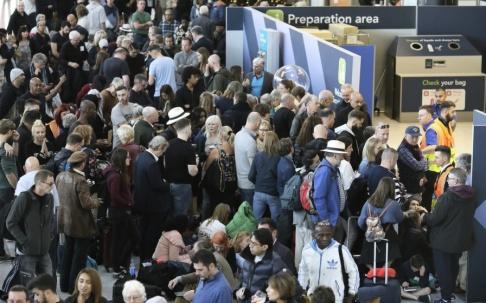 Tim Ireland/AP/TT Resenärer på flygplatsen Gatwick, London vid ett annat tillfälle. Arkivbild.