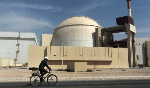 Majid Asgaripour/AP/TT En man cyklar förbi en kärnkraftreaktor utanför staden Bushehr i Iran. Arkivbild.