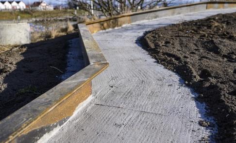 Johan Nilsson/TT Den nästan 200 meter långa huggormsmuren i plåt och betong ringlar sig fram väster om hamnen i Smygehuk. Arkivbild.