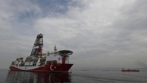 Lefteris Pitarakis/AP/TT Turkiets 230 meter långa borrningsfartyg Yavuz korsar Marmarasjön på väg mot Medelhavet i slutet av juni.