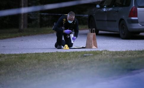 Fredrik Persson/TT Polisen har en stor insats på platsen och söker efter en eller flera gärningsmän.