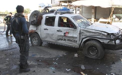 AP/TT Säkerhetsstyrkor vid platsen för ett tidigare självmordsdåd i Nangarharprovinsen i östra Afghanistan. Arkivbild.