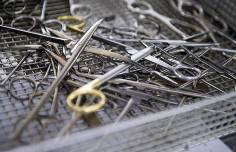 Bertil Ericson/ TT Karolinska sjukhuset skickar operationsinstrument som man inte har möjlighet att tvätta till Gävle. Arkivbild.