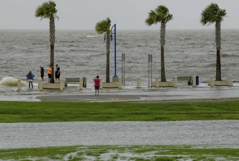 Matthew Hinton/AP/TT Invånarna i Louisiana spanar efter stormen Barry.