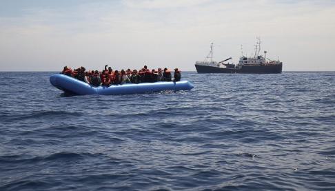 En fullastad gummibåt med migranter undsätts av det tyska fartyget Sea-eye, ett av de få räddningsfartyg som fortfarande patrullerar vattnen mellan Libyen och Italien. Bilden är tagen i april.