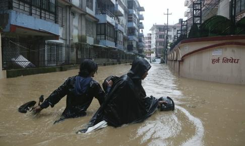 Niranjan Shrestha/AP/TT Kraftiga monsunregn orsakar översvämningar i Nepal.