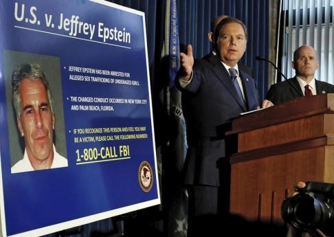 Richard Drew/AP/TT Federala åklagare tillkännager under en presskonferens den 8 juli att åtal om trafficking och sexövergrep väckts mot mångmiljardären och finansmannen Jeffrey Epstein som visas upp på en bild.