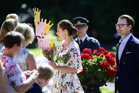 SOLLIDEN 2019-07-14 Kronprinsessan Victoria hälsar på alla människor som tagit sig till Solliden på söndagen för att fira kronprinsessan på födelsedagen. Foto: Mikael Fritzon / TT