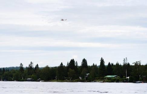 Samuel Pettersson En räddningshelikopter ovanför olycksplatsen vid Storsandskär, vid Umeälven.