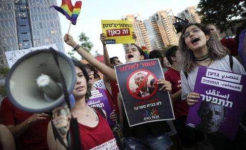 """Oded Balilty/AP/TT """"Avgå"""" står det på hebreiska och arabiska på skyltar under en demonstration mot utbildningsministern Rafi Peretz."""