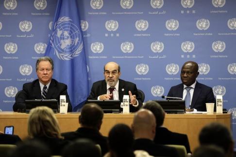 """FN den 15 juli 2019. David Beasley (L), verkställande direktör för Världsmatprogrammet (WFP), Jose Graziano Da Silva (C), generaldirektören för livsmedels- och jordbruksorganisationen (FAO) och Gilbert F. Houngbo , Ordförande för Internationella fonden för jordbruksutveckling (IFAD), deltar i en pressmötelse om lanseringen av rapporten """"FN: s livsmedelssäkerhet och näring i världen 2019"""", vid FN: s högkvarter i New York den 15 juli 2019 Världshungern ökar i absolut antal och mer än 820 miljoner människor var hungriga år 2018, säger FN-rapporten i måndags."""