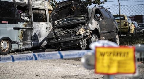 Johan Nilsson/TT Lund i slutet av juni: Polisavspärrningar kring två utbrända bilar på Gustavshemsgatan i Lund efter en brand. Arkivbild
