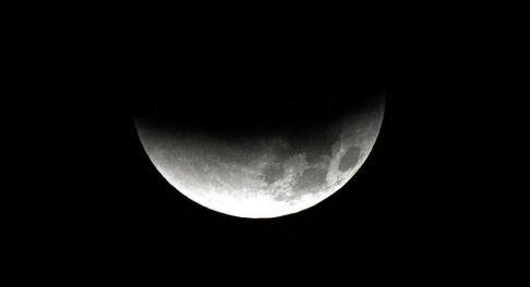 Rick Bowmer/AP/TT En månförmörkelse kommer att kunna ses i Sverige sent på tisdagskvällen. Arkivbild.