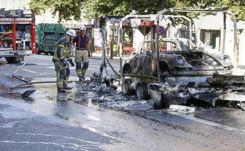 Magnus Andersson/TT Rök syntes över centrala Stockholm vid en kraftig brand i en Porsche på ett släp.