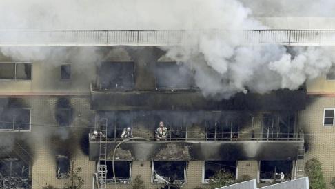 Kyodo News/AP/TT Brandkår bekämpar elden i Kyoto.