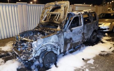 Johan Nilsson/TT En bil totalförstördes vid en brand natten till torsdagen. I samband med branden skall ett flera smällar hörts, men det är oklart vad de orsakats av.
