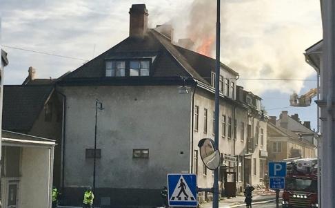 Fritzon /TT En brand bröt ut i ett flerfamiljshus i centrala Eksjö på fredagskvällen. Räddningstjänsten har jobbat hela natten med att släcka den sista glöden.