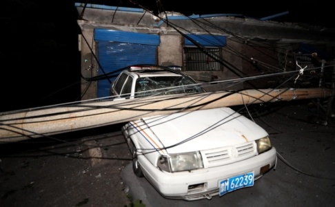 STR/AFP/TT En bil som skadats på grund av explosionen i gaskraftverket i staden Sanmenxia i Kina.