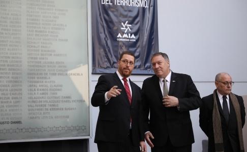 Natacha Pisarenko USA:s utrikesminister Mike Pompeo (mitten) och hans argentinske motsvarighet Jorge Faurie (till höger) vid en minnesstund för offren för bombdådet mot ett judiskt center 1994.