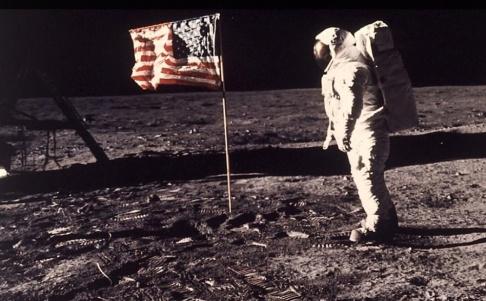 """Neil Armstrong/TT Svenskättlingen Edwin """"Buzz"""" Aldrin framför den amerikanska flaggan på månen."""