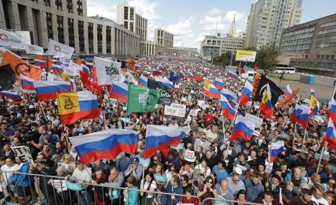 Pavel Golovkin/AP/TT Fler än 10 000 personer, inklusive framstående oppositionspolitiker, samlades under lördagen i en manifestation i centrala Moskva för att kräva fria och rättvisa lokalval.