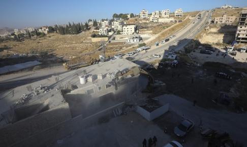 Mahmoud Illean/AP/TT En israelisk militär bulldozer river en byggnad i en palestinsk by söder om Jerusalem.