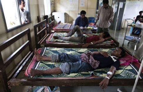 David Longstreath/AP/TT Malariapatienter får behandling på ett sjukhus i Pailin i Kambodja 2009. Den resistenta stammen har spridits från Kambodja till andra sydostasiatiska länder.