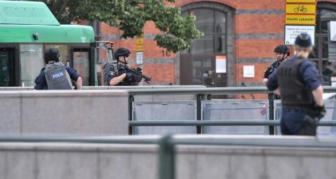 Johan Nilsson/TT Polisen utrymde Malmö centralstation efter uppgifter om ett farligt föremål i lokalerna. En man sköts av polisen i samband med ingripandet.