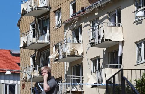 Jeppe Gustafsson/TT Ett hundratal lägenheter fick skador på fönster och balkonger.