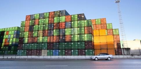 Virginia Mayo/AP/TT Antwerpens containerhamn. Två kokainsmugglare ringde polisen efter att de låst sig själva inne i en container i den 40-gradiga hettan. Arkivbild.