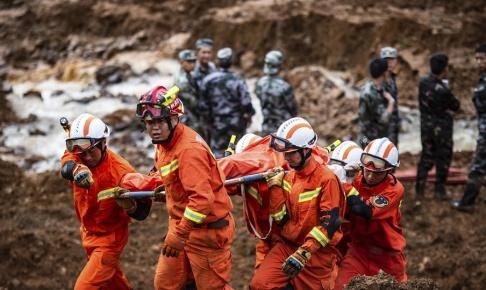Tao Liang/AP/TT Räddningsarbetare arbetar på platsen för ett jordskred i sydvästra Kina.