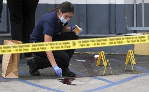 Dean Musgrove Kriminalutredare arbetar på platsen för en dödlig skjutning i Los Angeles.