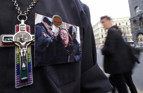 Dmitrij Lovetskij/AP/TT I tisdags hölls små manifestationer i Sankt Petersburg i samband med att Jelena Grigorjeva bekräftades död.