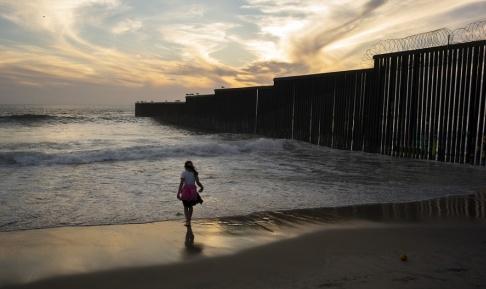 Gregory Bull/AP/TT En flicka vid gränsmuren som separerar San Diego och Tijuana i Kalifornien. Arkivbild.