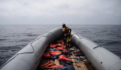 Felipe Dana/AP/TT En uppblåsbar båt som använts av migranter på väg mot Europa på Medelhavet förra året.