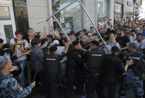 Pavel Golovkin/AP/TT Polis har gripit över 1 000 personer vid en protest i Moskva i Ryssland under lördagen.