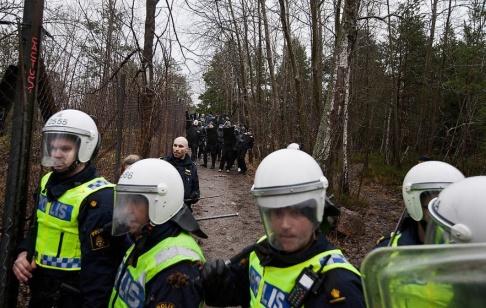 Hampus Andersson/TT 1 400 polissköldar har belagts med brukandeförbud – de låter sig genomborras av potatis. Arkivbild.
