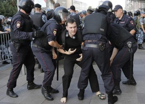 Alexander Zemlianichenko/AP/TT Ryska poliser griper en man under helgens demonstrationer i Moskva.
