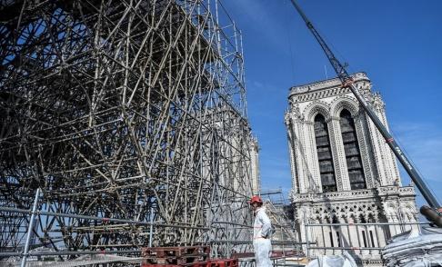 Stephane de Sakutin/AP/TT Byggnadsställningar på Notre-Dames tak.