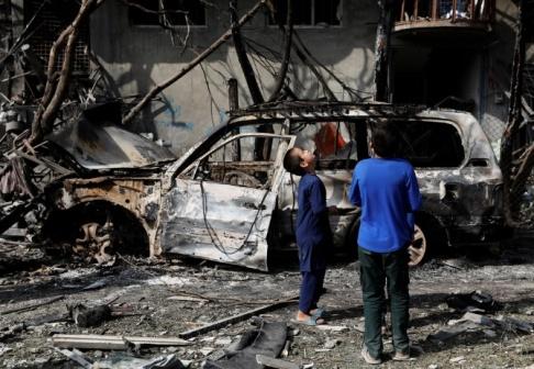 Afghanska pojkar efter en annan attack i Kabul den  29 juli. REUTERS/Mohammad Ismail