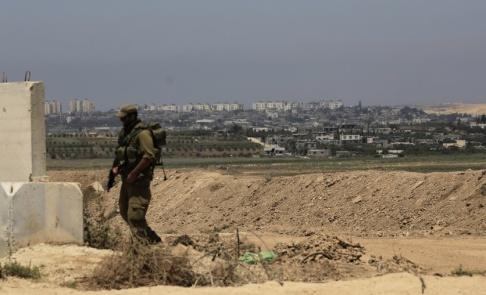 Tsafrir Abayov/AP/TT Israelisk militär vid en postering nära gränsen mellan Israel och Gazaremsan. Personen på bilden har inget med texten att göra. Arkivbild.