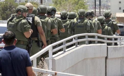 Rudy Gutierrez/AP/TT Polis på väg till platsen där en person sköt minst 20 personer till döds i El Paso, Texas.