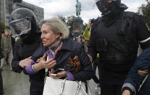 Pavel Golovkin/AP/TT En kvinna som deltar i protesten frihetsberövas.
