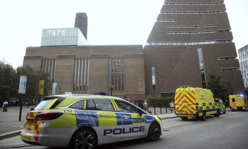 Yui Mok/AP/TT Utryckningsfordon utanför Tate Modern i London, där en sexårig pojke skadades allvarligt på söndagen.