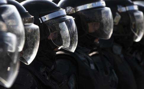 Pavel Golovkin/AP/TT Polisen blockerar en gata i Moskva i samband med en av de icke tillståndsgivna demonstrationerna. Bilden är från den 3 augusti.