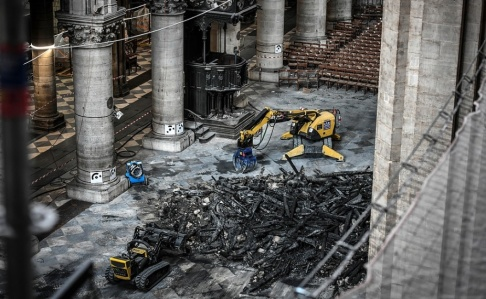 Stephane de Sakutin/AP/TT Den omfattande eldsvådan i Notre-Dame förstörde en stor del av katedralens tak.