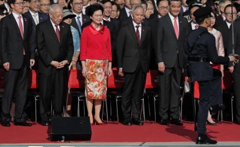 Vincent Yu/AP/TT Kinesiska toppoltiker i Hongkong vid en ceremoni 2017. Zhang Xiaoming står längst till vänster.