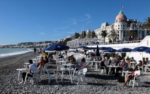 Lionel Cironneau/AP/TT Människor njuter av solen på stranden i Nice på den franska rivieran. Arkivbild.