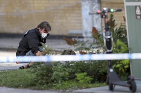 Andreas Hillergren/TT Polisen på plats efter att en man har hittats skottskadad i Malmö under torsdagen.