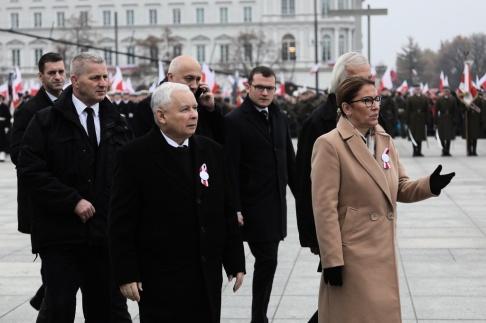 Lag- och rättvisepartiets talesman Beata Mazurek deltar i en ceremoni som markerar den polska självständighetsdagen vid graven för den okända soldaten i Warszawa den 11 november 2018. Arkivbild. EPA / PAWEL SUPERNAK POLEN UT